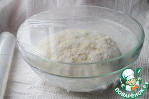 Готовое тесто переложить в чистую ёмкость, накрыть плёнкой (полотеничком) и оставить в тепле примерно на 30-40 минут (ориентируйтесь по виду теста, может понадобиться и больше времени).