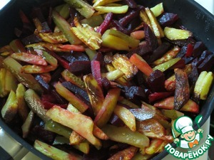 When potatoes, carrots and beets are ready, mix them in the pan. Add the pickles, the fire to make the minimum.