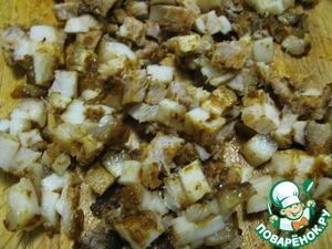 2. Сало нарезать кубиками (у меня был подчеревок с паприкой и с перцем чили, которые придали колбаскам большую пикантность). Поджарить на сковороде.