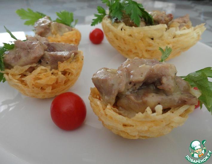 Рецепт: Картофельные корзиночки со свининой в белом соусе