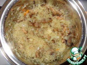 Fall asleep dry parboiled rice and fry together onion and mushrooms in oil until zolotisty.