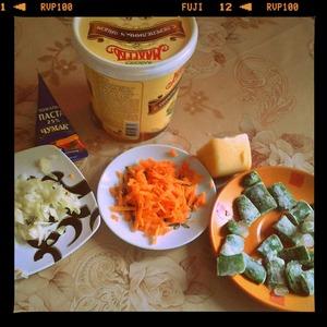Морковь потереть на крупой тёрке, лук порезать.