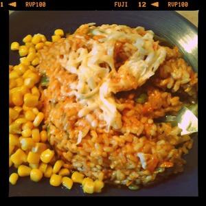 Подавать на стол блюдо, посыпав сыром и с консервированной кукурузой.