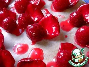 Украсить пирожные лепестками розы и свежими ягодами малины.