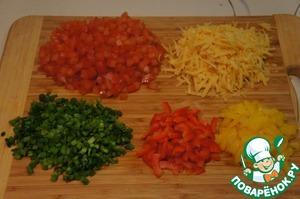 Помидоры и перец нарезать маленькими кубиками, лук измельчить, сыр натереть. Все ингредиенты смешать в миске.