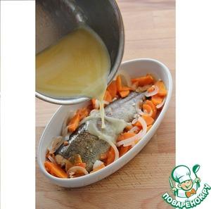 На рыбу выложить овощи, полить соусом и приятного аппетита.