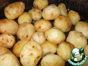 Итак, ставим казан на огонь и наливаем растительное масло. Картофель чистим, промываем (размером с яйцо - его можно жарить целиком, и, на мой взгляд, так получается вкуснее). Но если картофель крупный, то его лучше всего порезать на крупные куски.       Итак, картофель кидаем в казан, солим и обжариваем его до золото-коричневого цвета, после чего картошку вынимаем и складываем в отдельную посуду, пусть пока подождёт своей очереди.
