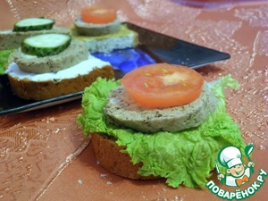 Now it can be used as snacks and for making canapés. And space for filing is limited only by your imagination. I made her a few sandwiches and and applied.  1. Bread, lettuce, sausage, tomato (cucumber).