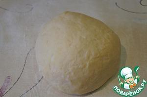 Получается мягкое, гладкое, податливое тесто. К рукам не пристает. Завернуть его в пленку и убрать в холодильник на полчаса-час.