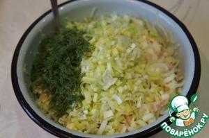 Укроп мелко нарезать. Порей измельчить. Смешать все ингредиенты в миске, можно добавить 1 ст. л. растительного масла.