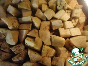 Баклажаны (у меня на это блюдо ушло 4 небольших) режем достаточно крупными кубиками.