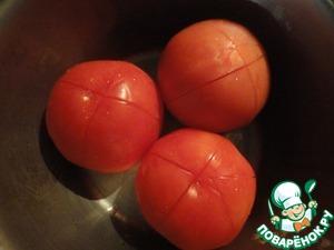 Помидоры (увы, в это время они уже тепличные и относительно дорогие, но уж очень это блюдо приготовить хотелось) надрезаем крестом, заливаем кипятком, отставляем на 2-3 минуты и снимаем шкурку. Режем крупными кубикаи.