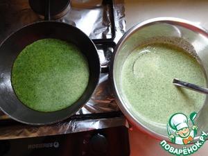 Из полученной массы выпекать блинчики на небольшой сковороде, диаметром 14-15 см. Если нет подходящей сковороды, то можно сделать блинчики побольше, а потом вырезать из них блинчики диаметром 14 см. В этом случае и край блина будет смотреться красивее, без коричневого ободка.
