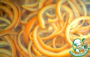 Pour the orange peel two cups of cold water and boil for 2-3 minutes. Drain the water.