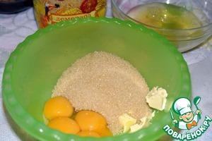 Желтки отделить от белков. К желткам добавить сахар и масло. Все растереть, можно с помощью миксера, можно просто венчиком, взбивать не обязательно. Сахар нужен именно коричневый, так как он придает приятный карамельный вкус, да и полезнее рафинированного.