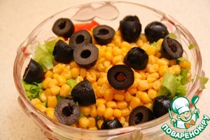 Chopped tomato, 4-5 leaf lettuce, halve the olives, add the apples, corn and mix all the ingredients.