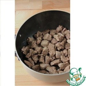 Veal cut into small pieces and fry in butter. Pour a little water, and when foam begins to appear, the water drained (I wash the pan).