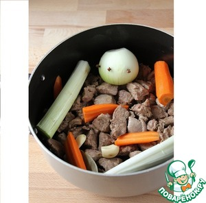 In a saucepan with meat, add leeks, an onion stuck cloves, carrots, garlic, Bay leaf. Possible to add thyme, Basil and rosemary, which are better to tie in gauze. Season with salt and pepper. Pour water that just covers the meat and vegetables and simmer for 1 hour 30.
