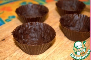 Prepare baskets. To do this, melt the chocolate in a water bath and gently coat them with the walls of silicone molds. Try to make the walls thicker to tobacco. Put on the cold until fully cured.  Carefully peel the silicone molds from chocolate and - lo!