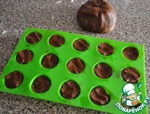 Для выпекания печенья я взяла силиконовую форму для мелкого печенья или для шоколада.    Достаем тесто из холодильника, делаем маленькие шарики и плотно заполняем формочки на 2/3 объема. Если не пользуетесь формой, то раскатайте колбаску диаметром не более 3 см и отрезайте ножом 2-3-х сантиметровые кусочки, выложите на лист, застеленный пекарской бумагой, и поставьте в духовку при температуре 180 градусов на 12-15 минут.