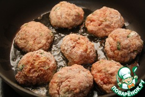 Form balls - meatballs. Roll them in flour and fry on both sides in olive oil. Remove from the pan and set aside in a bowl.