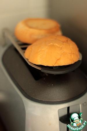 Подогреть булочку для гамбургеров в духовке, на сковороде или тостере.