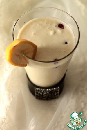 Итак, в блендере взбить банан (1 шт.), добавить мороженое (100 гр.) и молоко (100 мл.). Еще раз взбить. Перелить в высокий стакан, добавить 5 ягодок клюквы и украсить долькой банана или вишенкой.