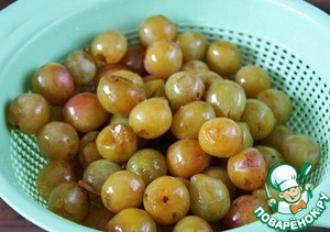 Plum wash, remove seeds. If you have a frozen drain, it is necessary to defrost and let drain.