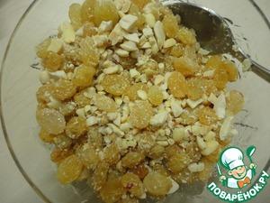 Тем временем, чистим орешки, разминаем скалкой. В удобной посуде смешиваем орехи с изюмом.