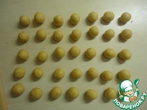 Достаём тесто и делаем 35 маленьких шарика (в диаметре приблиз. 2 -2,5см.)
