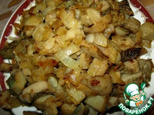 Onion crumble and fry with mushrooms.
