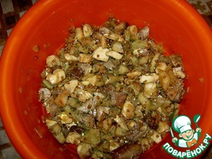 Buckwheat wash and mix with the fried meat and mushrooms, season with salt and pepper.