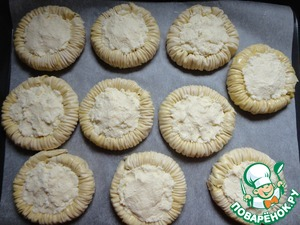 Spread to the deepening of the filling. Bake in the oven at 180 degrees until done, about 25-30 minutes.