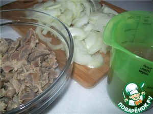 Once the gizzards are cooked, strain the broth and save about one Cup. Stomachs and onions cut into strips.