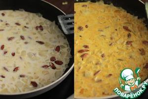 Залить сливками и потушить 10 минут, чтобы миндаль стал мягким.   Добавить столовую ложку карри и перемешать.
