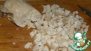 Отварить курицу удобным для Вас спсобом. У меня это грудки, приготовленные в пароварке. Нарезать мелкими кубиками.