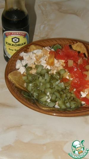 Огурцы и перец также порезать, добавить к курице. Добавить соевый соус и маринад от перца, поперчить. Перемешать и дать настояться минут 15.
