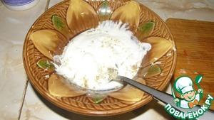 Делаем соус: смешиваем сметану, простоквашу и тертый на средней терке хрен. Как следует перемешиваем. По вкусу соус можно немного подсолить.