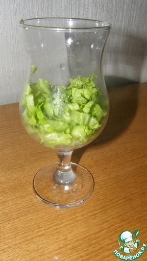 Салат помыть, порвать или порезать и выложить на дно бокала (не смотрите, что у меня он занял половину бокала.. под натиском курицы он осядет))