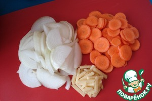 Cut onion into half rings, carrots - rings and ginger - cubes.