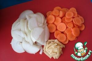Режем лук полукольцами, морковь - колечками и имбирь - брусочками.