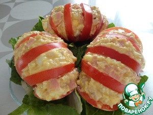 Take a spoonful of the salad and gently stuffed with tomato, filling the incisions.
