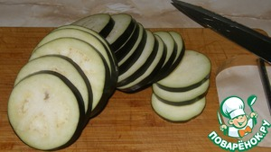 Баклажаны помыть, нарезать кружочками и обжарить на оливковом масле.