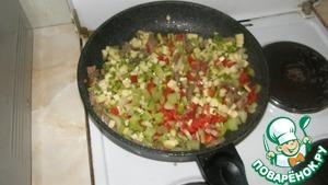 К мясу добавить цуккини, сельдерей и болгарский перец, обжаривать 5 минут.