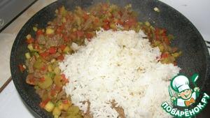 Посолить, поперчить и добавить предварительно отваренный рис. Потушить на слабом огне пару минут.