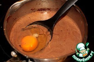 Ввести яйца и быстро, быстро размешать.