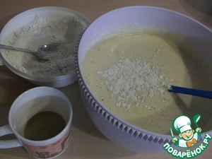 Alternating between the dry flour mixture with cappuccino, introduced into the dough and quickly stir.