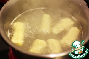 In a saucepan boil water, add olive oil and cook the gnocchi in portions until then, until they float.