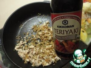 """Добавляем соус-маринад """"Kikkoman"""", перемешиваем. Обжарить ещё 3-4 минутки. Если у вас образовалась жидкость, тогда до полного её испарения. У меня этого не случается."""