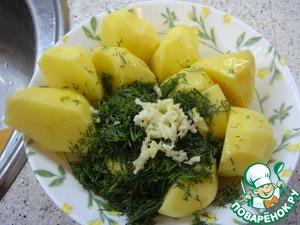 В картофель добавляем чеснок, соль, зелень и 1 ст. л. оливкого масла, все перемешиваем - в сторону на 10 мин, ждем, когда курица промаринуется.